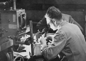 Bernrad Katz bei der Arbeit im Labor