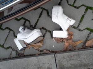 ein Paar mehr oder minder modische Schuhe in Nahaufnahme